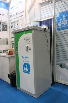 バッテリーを搭載した蓄電システムの本体。サイズは幅62cm×高さ1300cm×奥行54.8cm。電池容量は4kWh(撮影:防犯システム取材班)