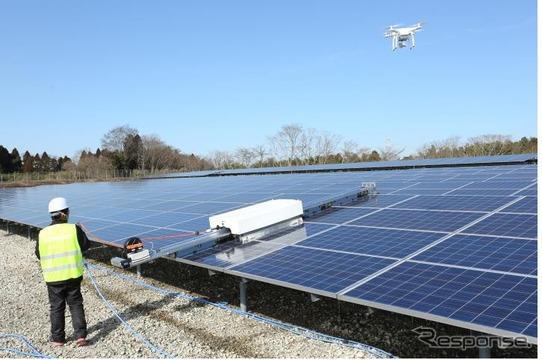 VUE/VUEPROシリーズをドローンに搭載した機体で太陽光パネル点検を行っている様子