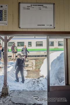 列車の発着が1回だけになった新十津川駅の時刻表。末期は旅客列車が1往復だけとなり、1984年に廃止された国鉄清水港線(清水~三保間)を彷彿させる。