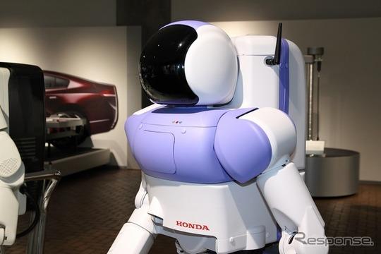ロボットファンは要注目の幻の機体P4。かつてはP3改良型試作機と呼ばれた、ASIMO発表直前の機体