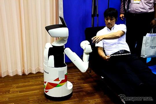 拾ったものを渡す生活支援ロボット