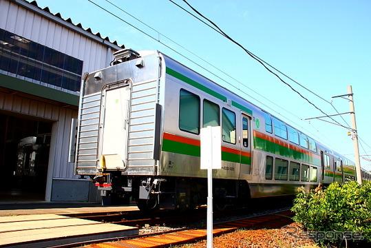完成したばかりのE233系グリーン車(新津車両製作所)
