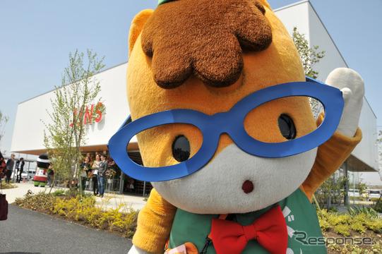 JINS(ジンズ)パワーモール前橋みなみ店の前で特注メガネをかけたぐんまくん