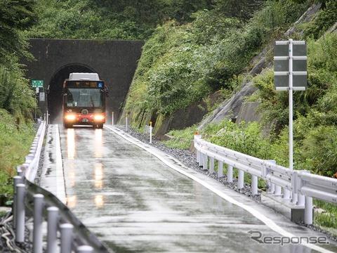 線路敷地を活用した専用道が大幅に増えた気仙沼線BRT。所要時間も短縮され、柳津~気仙沼間は最速便で106分になった。