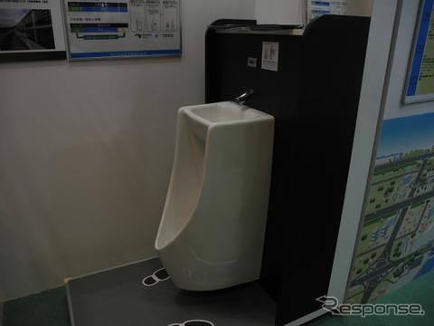 NEXCO西日本がTOTOと共同開発した手洗器一体型小便器