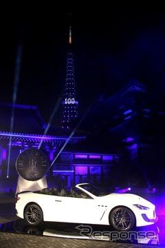 マセラティ100周年。東京タワーをマセラティカラーのブルーに染めた。写真はグランカブリオMCセンテニアル・スペシャル・エディション