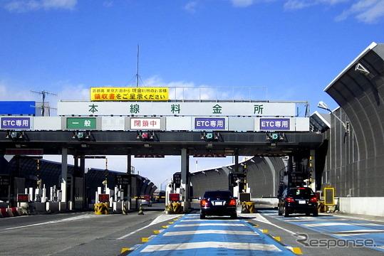 28日、ETC2.0のサービス展開、取り組みが新たに示された。さらに、8月より経路情報を収集することが可能な「ETC2.0車載器」の販売が開始される(写真は首都高速道路の料金所)