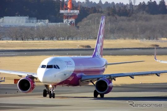 来年1月から台北発羽田着便のピーチ機内で京急の割引切符などが販売される。写真はピーチのA320。