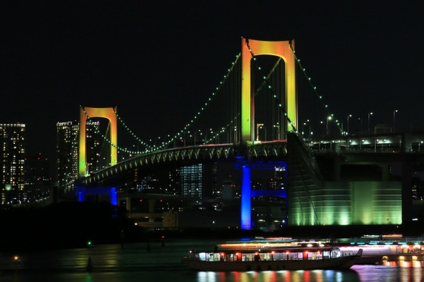 レインボーブリッジ、虹色に輝くスペシャルライトアップ 12月1日-1月6日