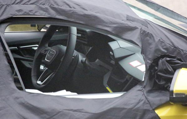 内装はランボルギーニ風? アウディ S3 次期型、超攻撃的コックピットを激写