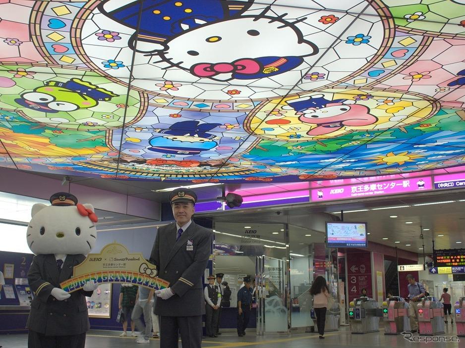 サンリオキャラによる装飾が完成した京王多摩センター駅の改札前コンコース。