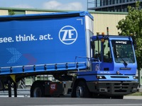 ZF、自動運転の港湾トラクター発表…積み込み作業を自動化 画像
