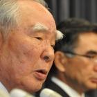 スズキ燃費データ問題…鈴木修会長、報告書を握りしめて詫びる