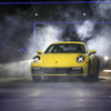 ポルシェ 911 新型、ワールドプレミアの瞬間…歴代のイメージを継承しつつも機能面での進化は大