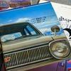 【懐かしのカーカタログ】大衆車の代名詞、初代トヨタ カローラ は意外にも「スポーティ」推しだった。