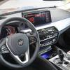 BMW 5シリーズツーリング 改良新型の内装を激写…ワイドタッチスクリーン搭載へ