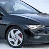 VW ゴルフGTI 新型、プロトタイプが豪雪に出現…歴代最強の255馬力へ