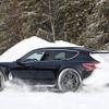 ポルシェ タイカン 派生ワゴン『クロスツーリスモ』、市販プロトが雪上ドリフト!