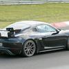 ポルシェ ケイマンGT4 RS は500馬力の大台へ…スワンネック装着プロトがニュル出現