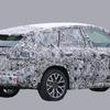 BMW X1 次期型はクーペSUVに生まれ変わる!? 大変身のクーペルーフを捕捉