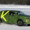 日本市場投入の可能性は…フランスのDNA受け継いだオペルの小型SUV「モッカX」を激写