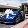 レクサス LCコンバーチブル、量産第一号車を引き渡し…慈善オークションで200万ドルで落札[動画]