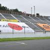 ビッグフラッグがスタンドから見守る…SUPER GT 第2戦は無観客レースでも