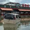 台風シーズン、車両からの脱出手順の確認を…車が水没した場合
