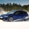 VW ゴルフR 新型とEVの ID.4、雪上テスト…ドリフト走行も[動画]