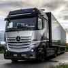 ダイムラーとシェルが提携、水素燃料電池トラックの普及を目指す