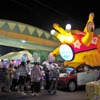 """三菱 i-MiEV、ねぶた祭に光を灯す…""""巨大うみうし""""にはしゃぐ子どもたち"""