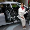 【東京モーターショー04】三菱自動車、車いすを電動収納できるランサー