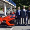 【東京モーターショー15】ポラリス スリングショット 公開…米大使館の上席商務官「私も乗ってみたい」