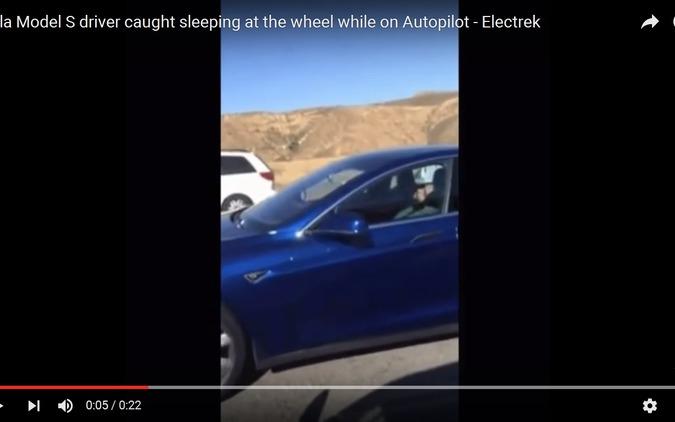 自動運転車でドライバーが居眠り、決定的瞬間[動画] 画像