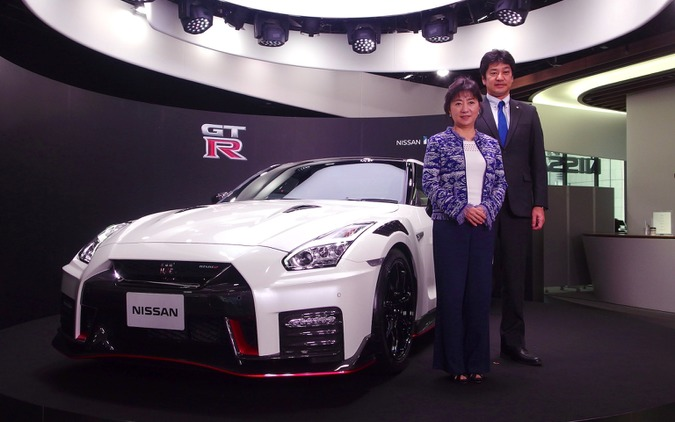 星野朝子専務執行役員(向かって左)とGT-Rの車両開発主管の田沼謹一常務執行役員。背後は日産GT-R R35 2020年モデル「NISMO」