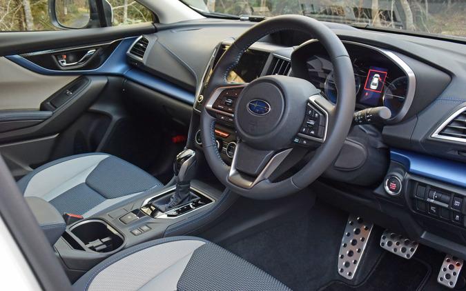 運転席側から前席インパネまわりを俯瞰。