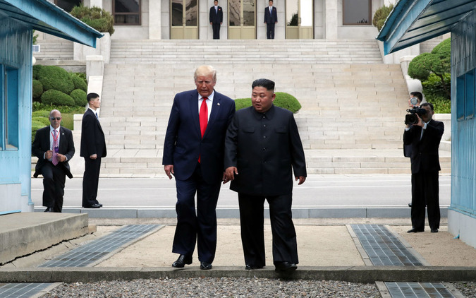 トランプ米大統領が、北朝鮮の金正恩・朝鮮労働党委員長と歩いて北朝鮮入り。