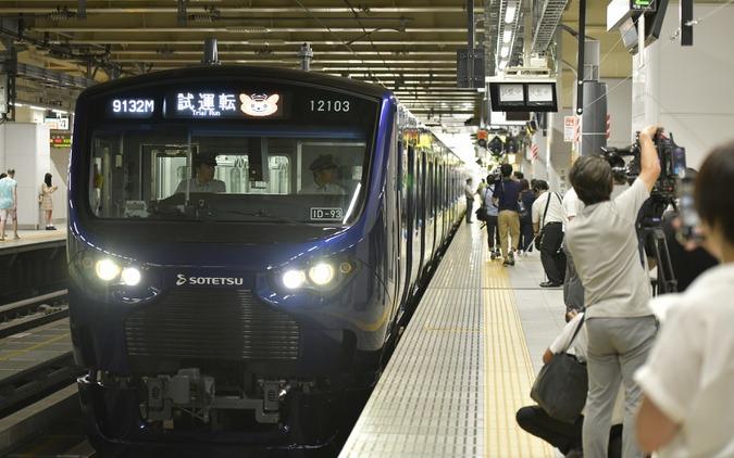 JR新宿駅に乗り入れた相鉄12000系電車。