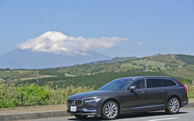 ボルボ V90 D4 インスクリプション。富士山をバックに。