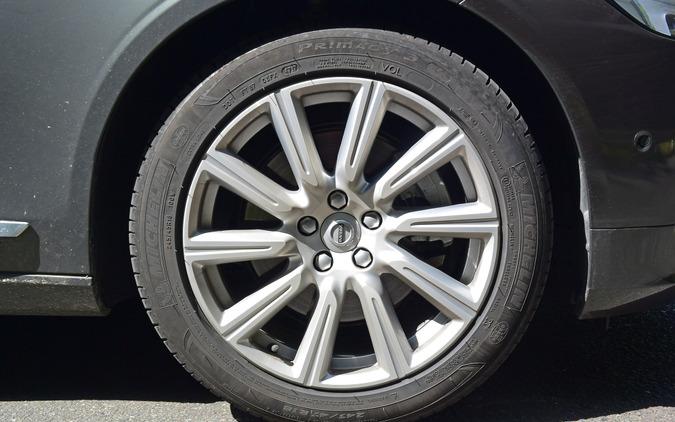 タイヤはミシュラン「プライマシー3」。ウェット性能が良く、転がり抵抗も低いが、ゴロゴロ感が強めに出るのが難点。もう一段しなやかなタイヤのほうがV90に似合いそうだった。
