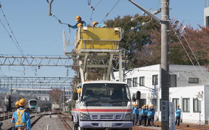 電車線の不具合については、軌陸車と呼ばれるゴンドラ部分が上下する乗り物で復旧作業が行われる。