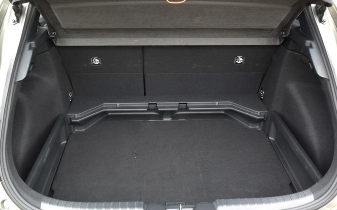 ラゲッジルームは2段方式。ボードを下の位置に装着すると、荷室が多少広がる。
