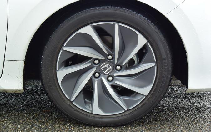タイヤはブリヂストン「トランザER33」。性能は十分だが快適性は高くない。アッパーCセグというポジショニングを考えると、もう少し高グレードのタイヤが欲しくなるところ。