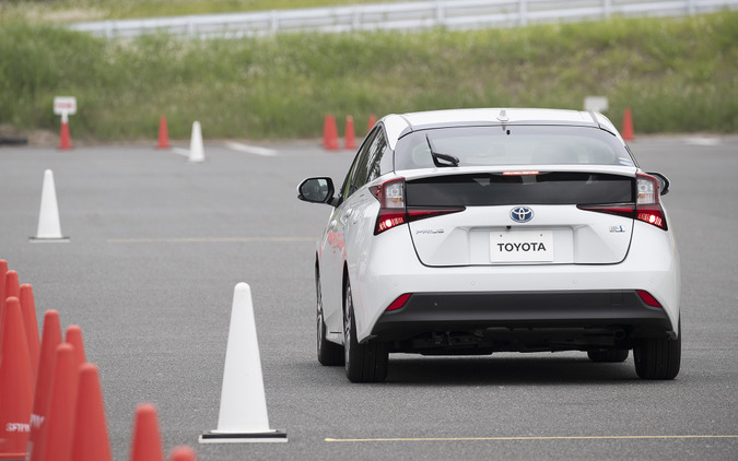 ブレーキから足を放し3秒後にアクセルを全開に踏み込むと、加速抑制が入り、クルマはジワジワとしか前進しない状態に