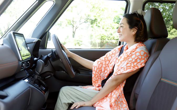 車内の静かさと、運転席の視界のよさに驚く国井律子さん