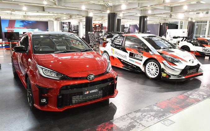 """トヨタ GRヤリス RZ""""High Performance""""(左)とヤリスWRC"""