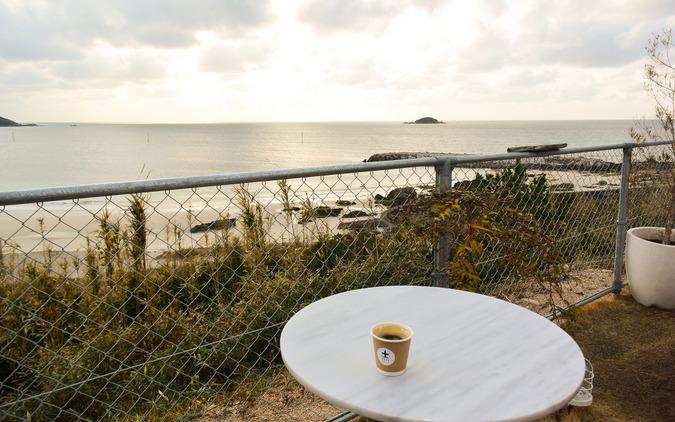 野外のテーブルで海を見ながら飲むコーヒーもまた良きものだった。