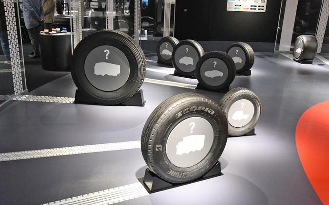 Bridgestone Innovation Gallery「WHAT WE OFFER(モビリティ社会を支える)」に展示されるさまざまなタイプのタイヤ