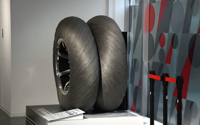 Bridgestone Innovation Gallery「WHAT WE OFFER(新たなチャプターへ)」に展示される月面探査車用タイヤ