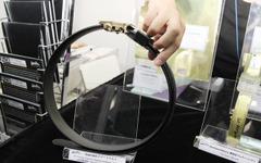 【ウェアラブルEXPO16】ベルトでスマホを充電、薄さ0.38mmで折り曲げ自在 画像